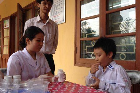 Tẩy giun cho trẻ, mua thuốc tẩy giun cho trẻ cần chú ý gì?